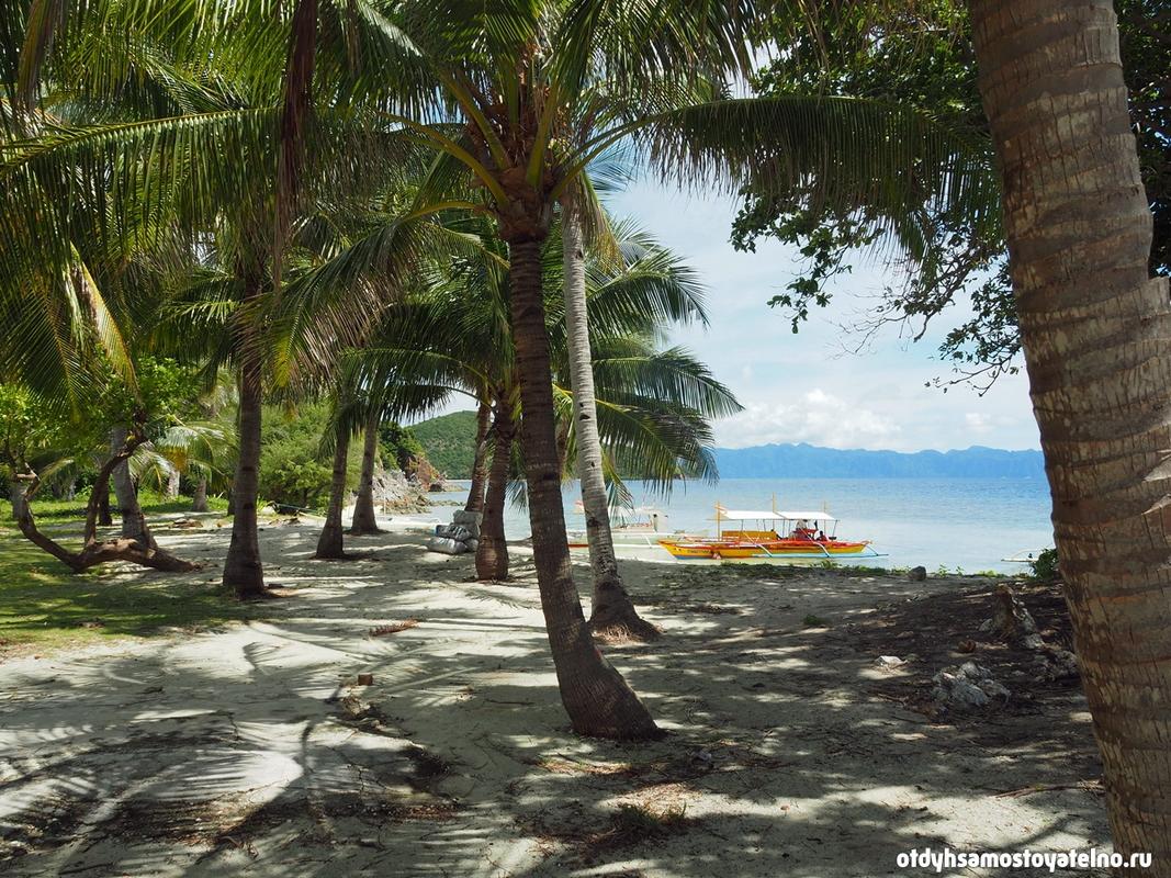 turisticheskie-lodki-plyazh-malcapuya-philipiny