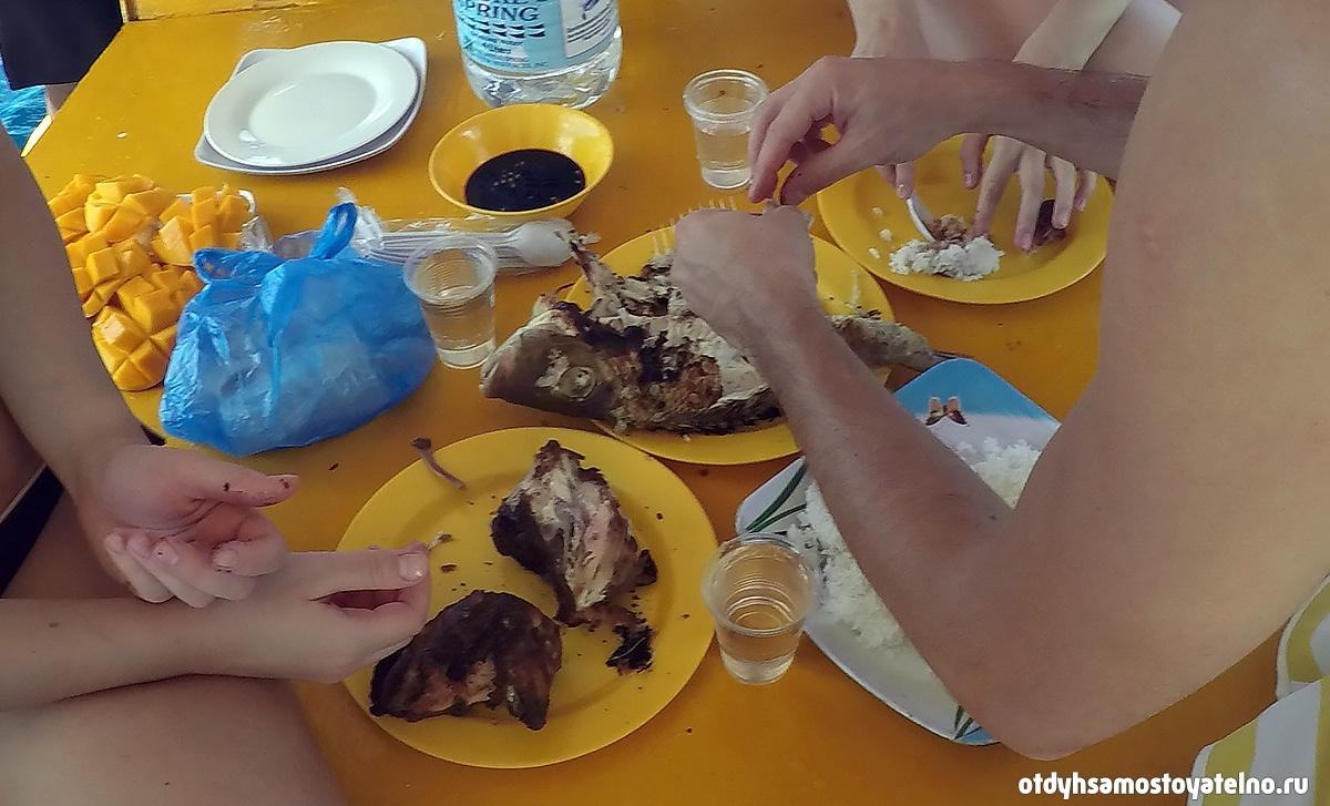 obed-lodka-ciplenok-ryba-na-grile-ris-s-sousom-frukti-coral-garden-philipiny