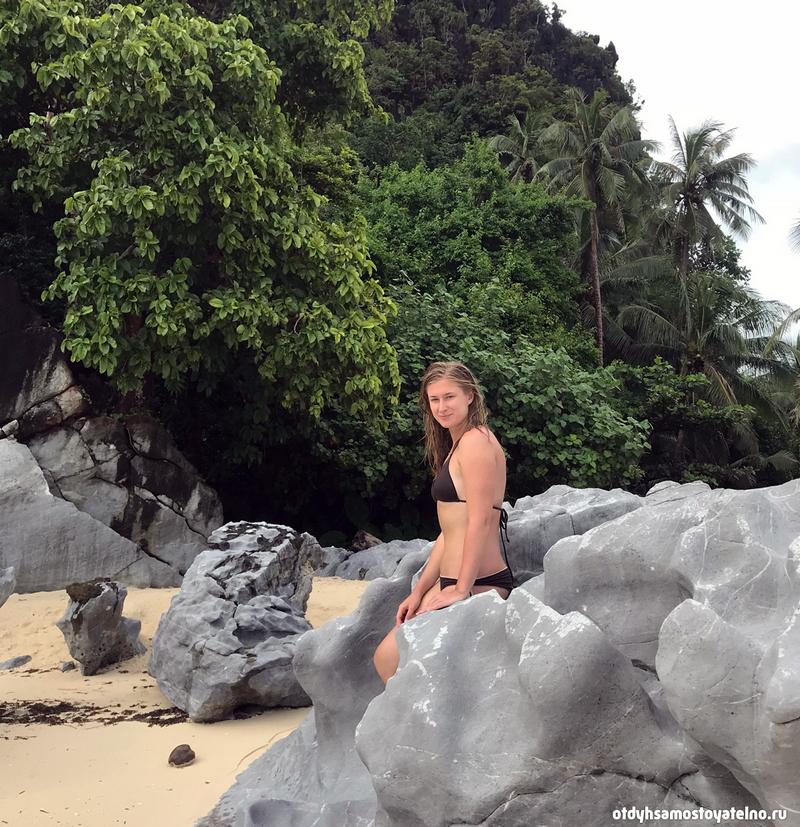 Настя на филиппинском скалистом пляже