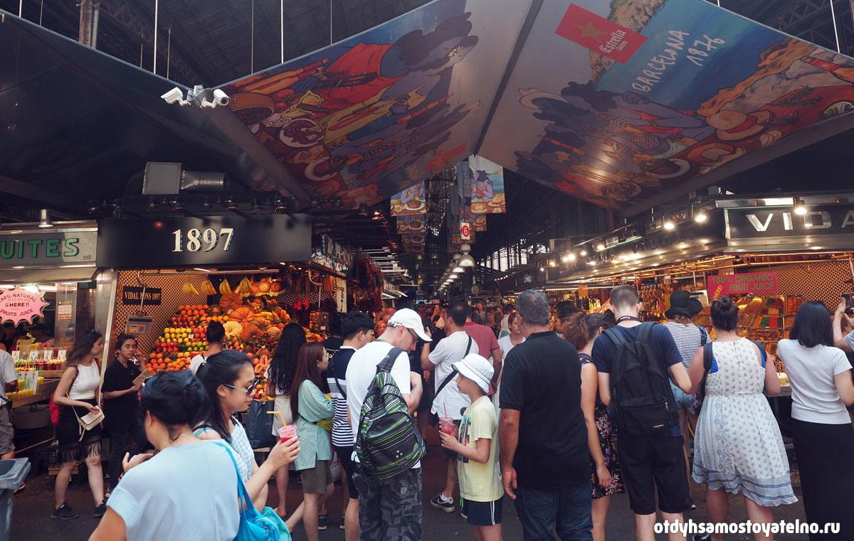 Фото рынка Бокерия изнутри - это людное и популярное место города Барселона