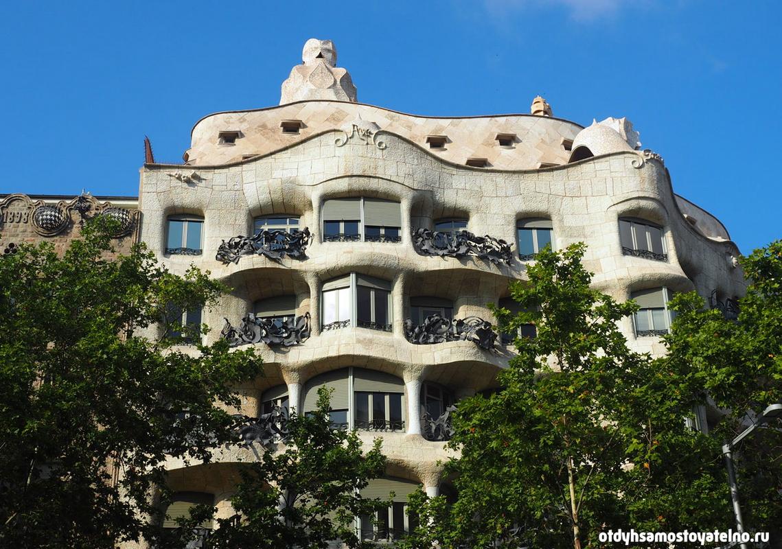 На фото - Дом Мила или Камнеломня, Барселона