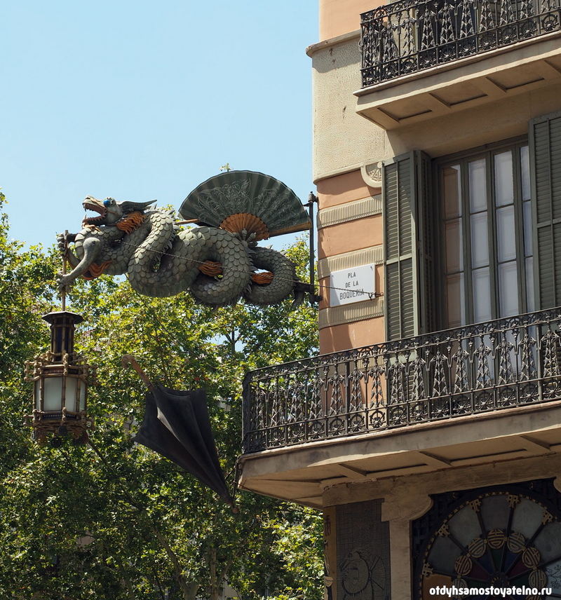 Архитектура зданий улицы Рамбла в городе Барселона