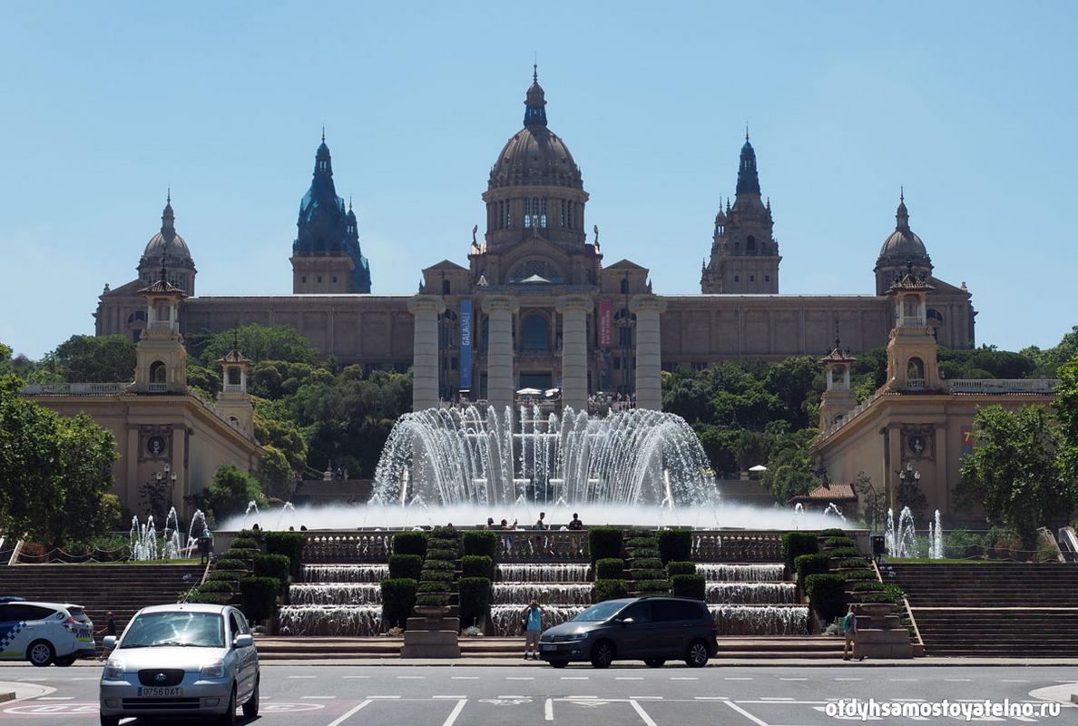 На фото: Национальный дворец и Волшебный фонтан - популярное место в Барселоне, достопримечательности привлекают туристов как днем так и вечером