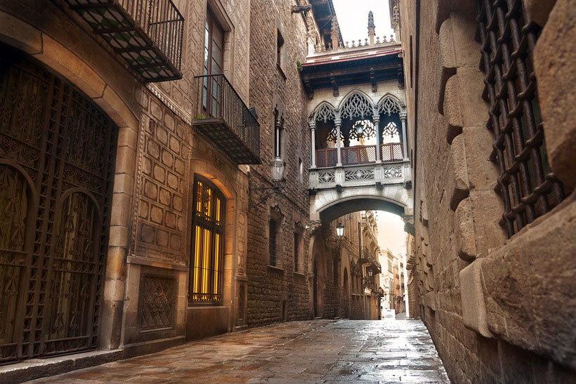 Фото одного из самых романтичных мест Барселоны - Моста Поцелуев