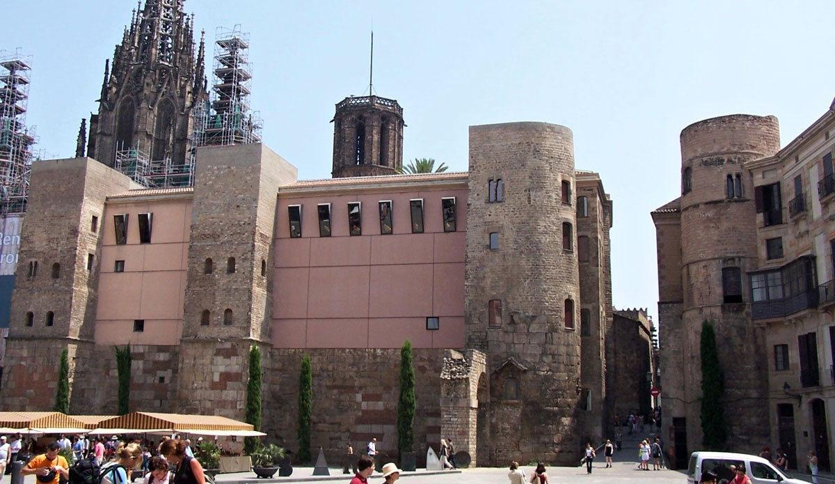 Фото остатков римской стены, Барселона