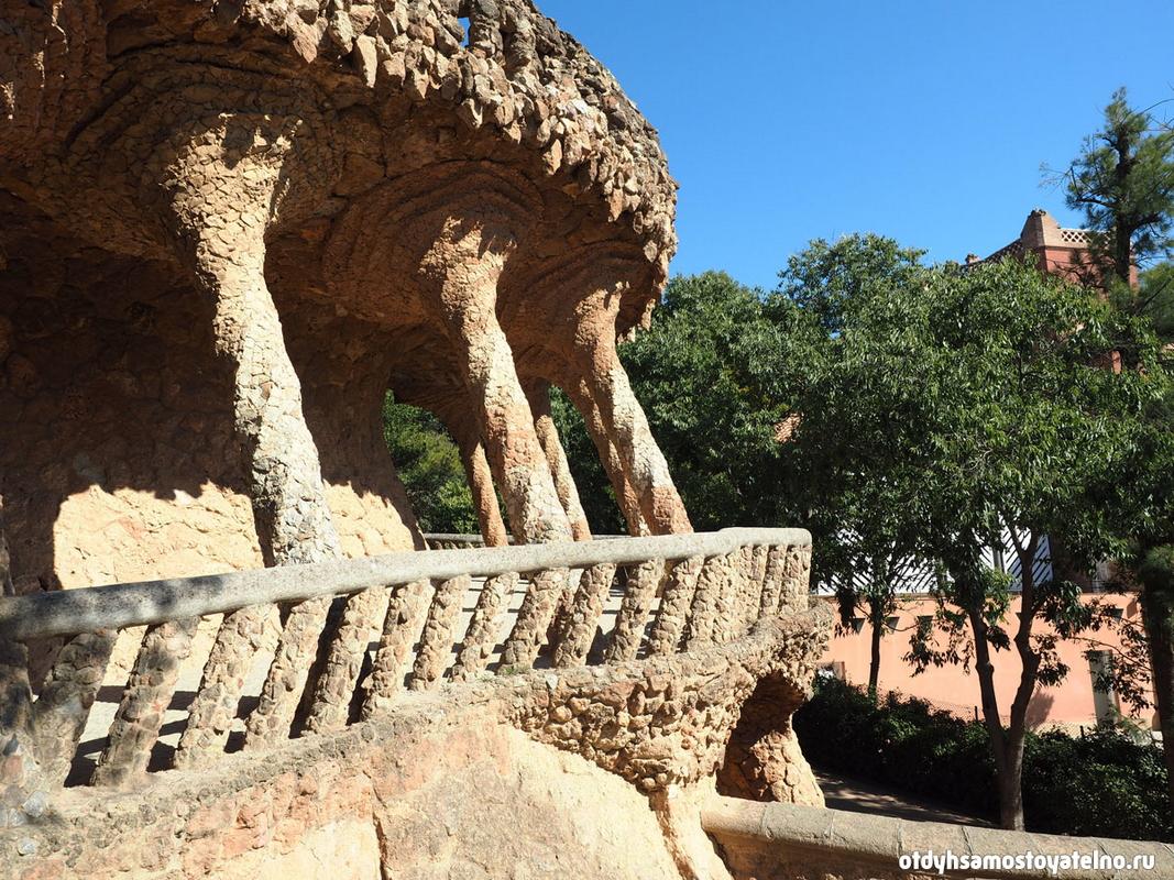 Парк Гуэль - популярная достопримечательность, при упоминании которой на ум сразу приходит Испания, Барселона и ее необычная архитектура