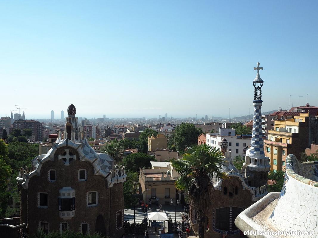 Вид с площади Парка Гуэль на Барселону - отличная возможность сделать панорамное фото города
