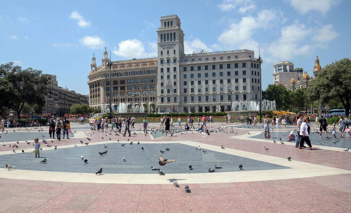 Площадь Каталонии - достопримечательность города Барселона и одновременно важная точка для туристов