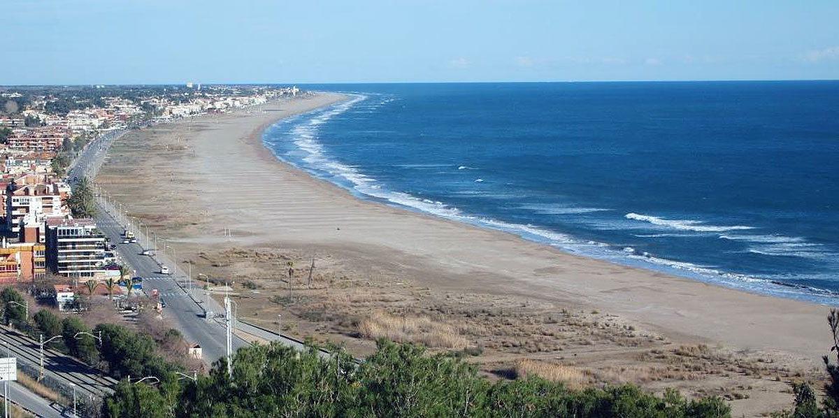 Фото пляжа Кастельдефельс неподалеку от Барселоны