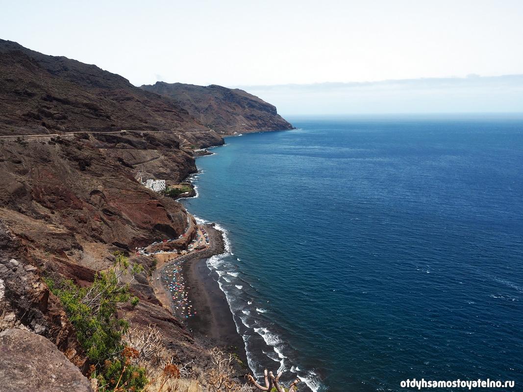 Вид на пляж Playa de las Gaviotas, с черным вулканическим песком