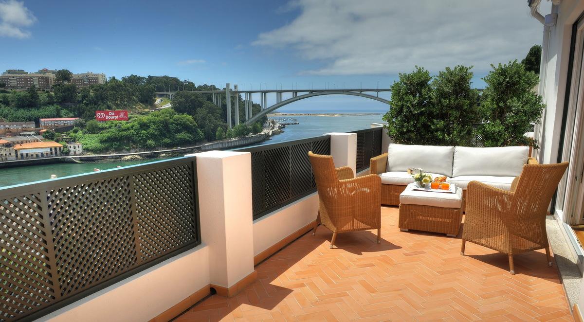 Наш балкон в Airbnb апартаментах в Португалии