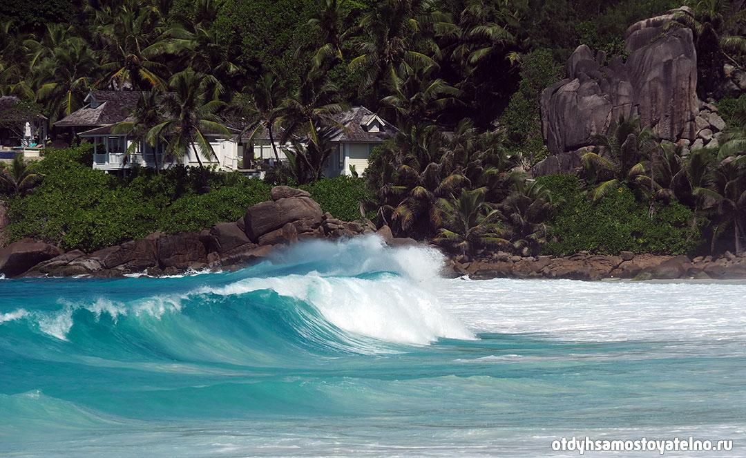 Волны на пляже сейшельских островов